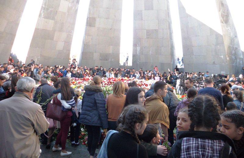 Menschenmenge im Innern des Genoziddenkmals in Jerewan