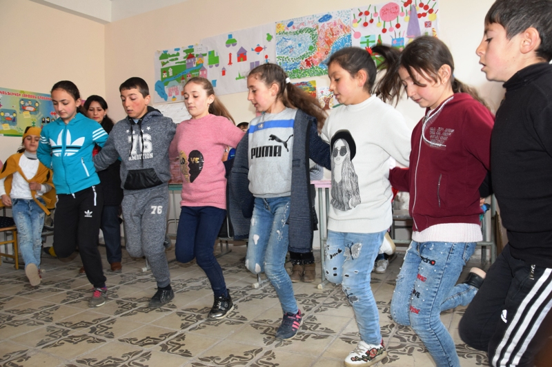 Mehrere Kinder tanzen in einer Reihe