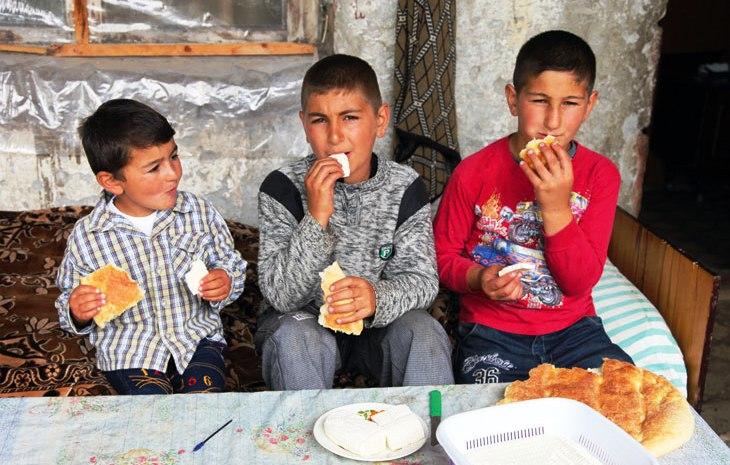 Kinder essen Käse und Brot