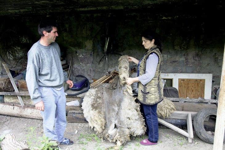 Frau und Mann zeigen ein Schaffell