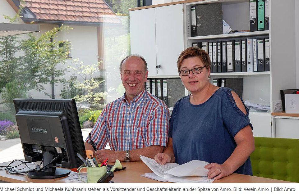 Ein Mann und eine Frau sitzen an einem Schreibtisch