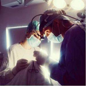 Zwei Ärzte im Operationssaal