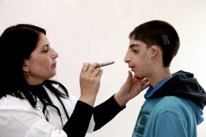 Kinderärztin und behinderter Junge