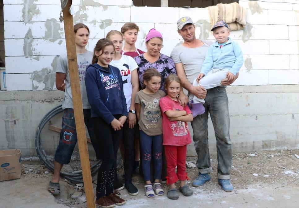 Zwei Erwachsene, sieben Kinder