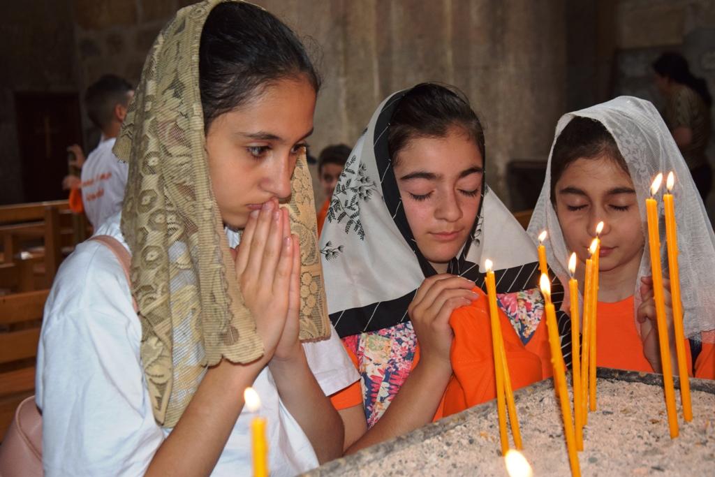 Drei Mädchen beten