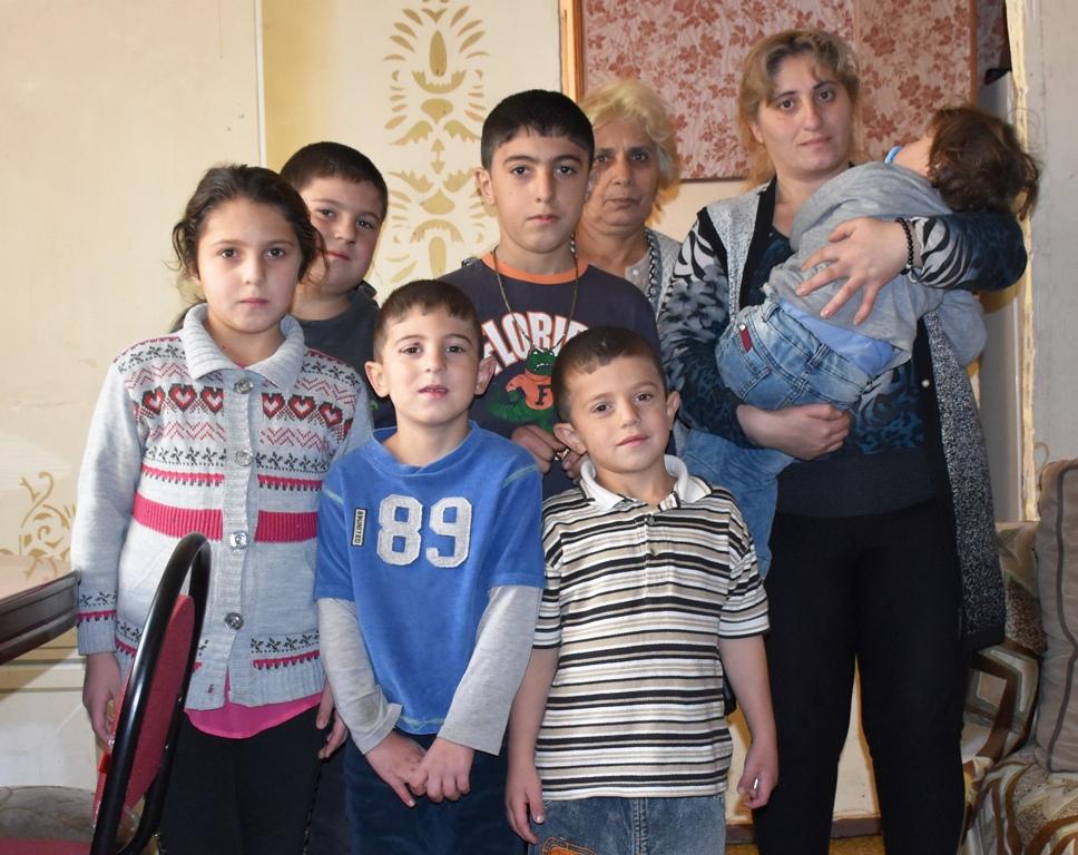 Zwei Frauen und sechs Kinder