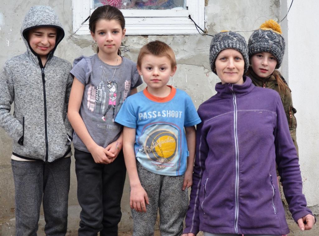 Fünf Kinder, teilweise mit Jacken und Mützen, teilweise im T-Shirt