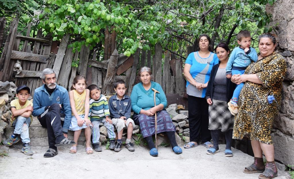 Menschengruppe, bestehend aus einem Mann, vier Frauen und fünf Kindern