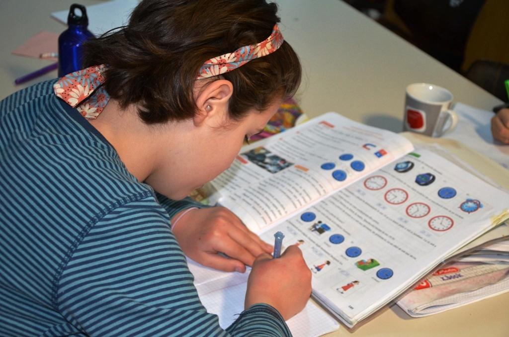 Ein Mädchen macht Hausaufgaben