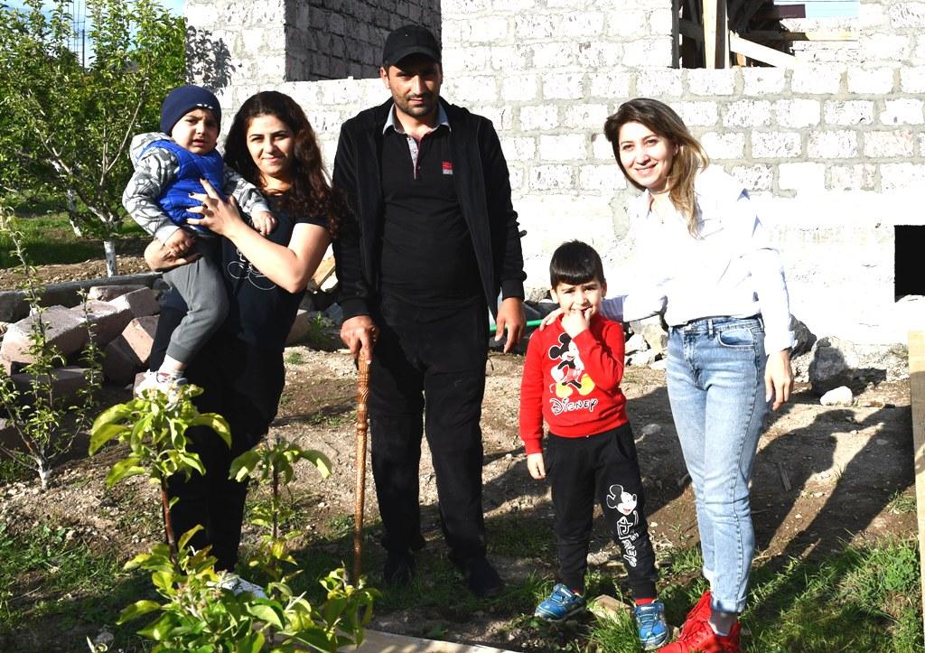 Das Traumhaus - zwei Frauen, ein Mann und zwei Kinder vor dem Rohbau
