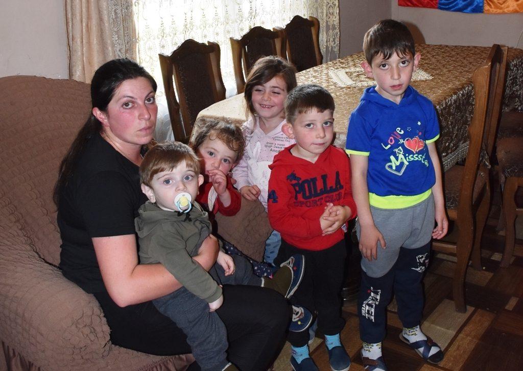 Hinterbliebene Opfer des Krieges - eine Frau und ihre fünf Kinder