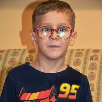 Blonder Junge mit Brille - Portätfoto