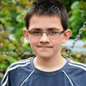 Dunkelblonder Junge mit Brille