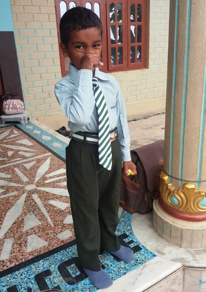 Moses mit neuer Schuluniform