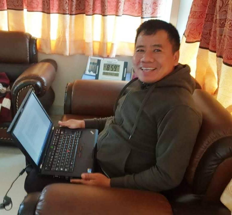 Man Bahadur mit seinem neuen Laptop