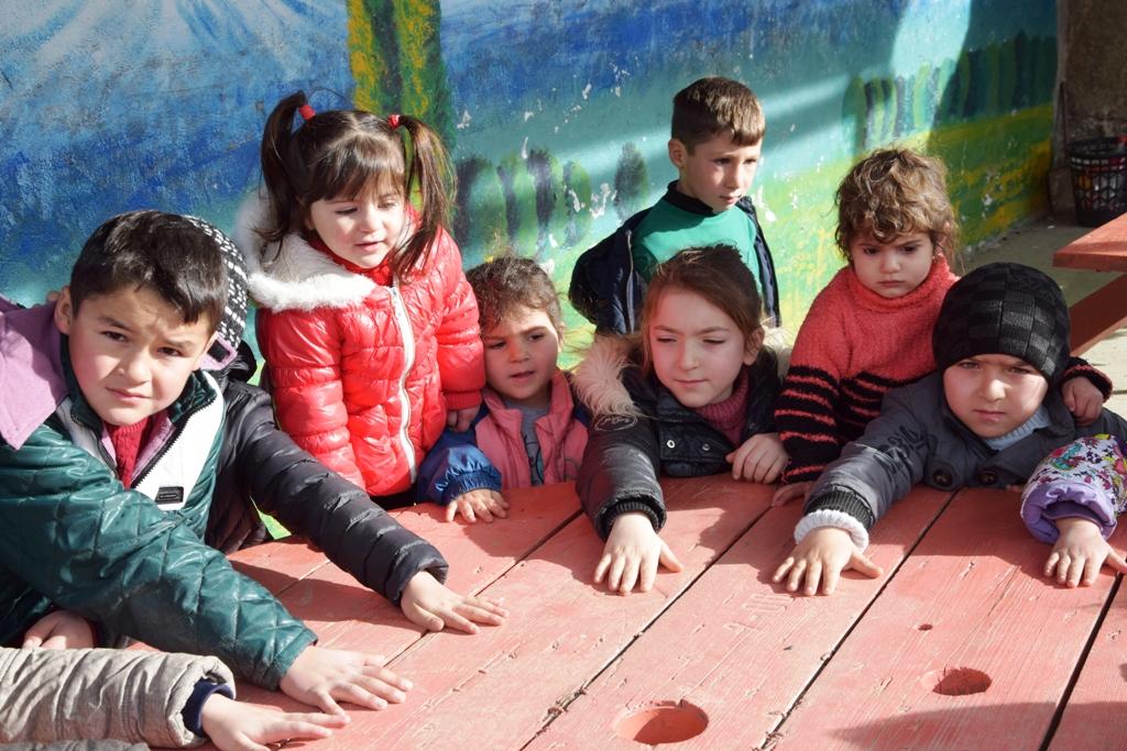 Angehende Patenkinder warten auf ihrer Registrierung