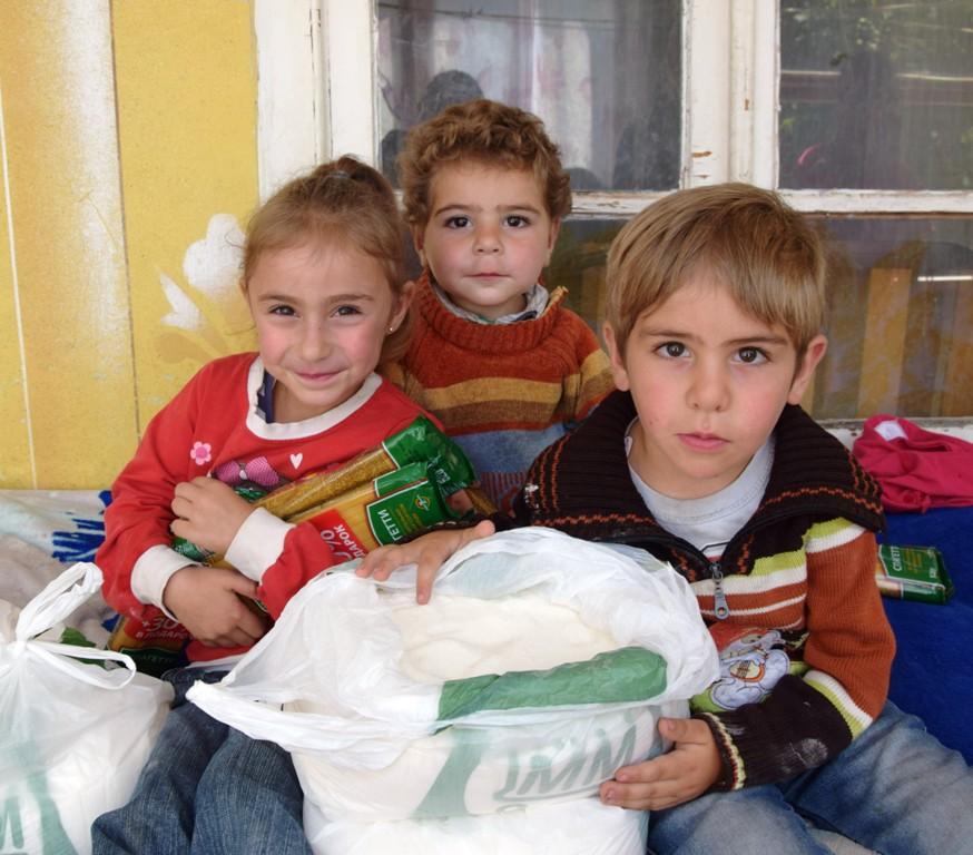 Drei Kinder mit Lebensmitteln